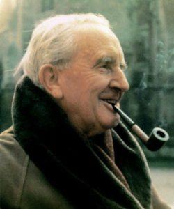 Фотография писателя Толкина с трубкой в зубах