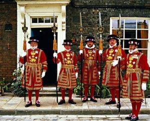 несколько британских гвардейцев в традиционном наряде