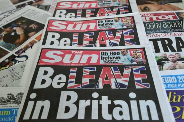 """Ваня смотрит на витрину газетного киоска. """"The Sun"""" - это же газета! И сразу артикль."""
