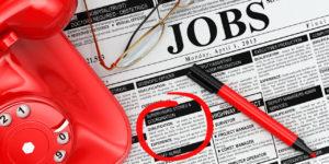 газета с подчеркнутыми объявлениями о поиске сотрудников