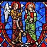 древний английский витраж передает ощущение средневековой английской культуры