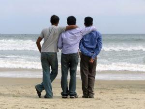 три друга стоят на берегу моря