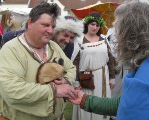 древний англосакс ведет переговоры о сделке