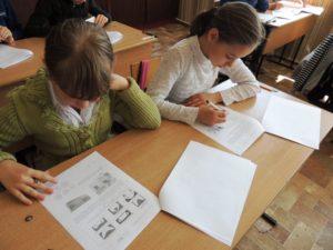 Школьники во время сдачи ВПР по английскому языку
